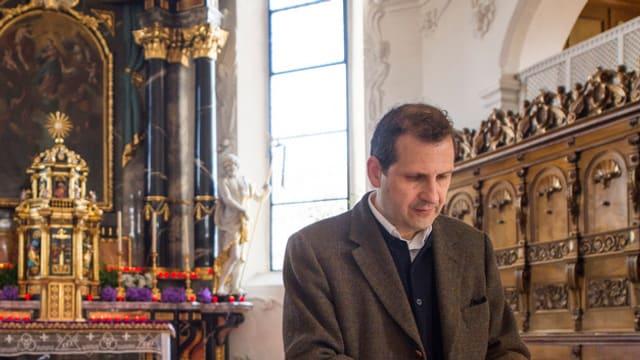 Il pledader da l'uvestgieu da Cuira, Giuseppe Gracia, l'onn 2014 en la baselgia da Steinen.