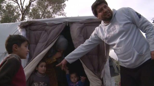 Familie vor Zelt.
