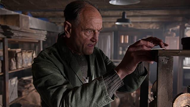 Filmszene: Wim van Maaren (Peter Cieslinski) spioniert herum