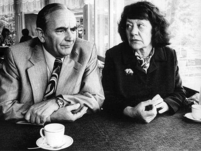 Die Schauspielerin Margrit Rainer und ihr Schauspieler-Kollege Ruedi Walter sitzen nebeneinander in einem Café.