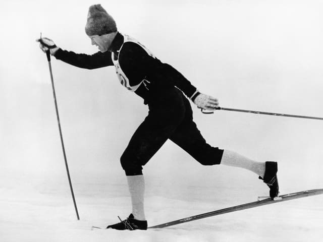 Alois Kälin holt auf seinen Skiern in grossen Schritten aus.