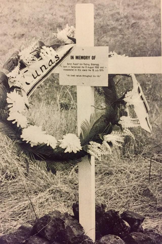 Kreuz mit Kranz auf schwarz-weiss Foto