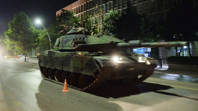 In char armà da l'armada tirca durant l'emprova da putsch sin las vias ad Ankara.