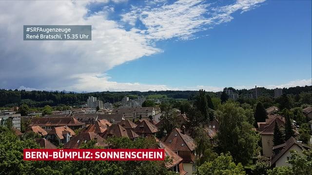 Eine Webcam zeigt den Blick auf die Stadt Bern und das Umland. Der Himmel über der Stadt ist blau, während im Osten und Westen Wolken zu sehen sind.
