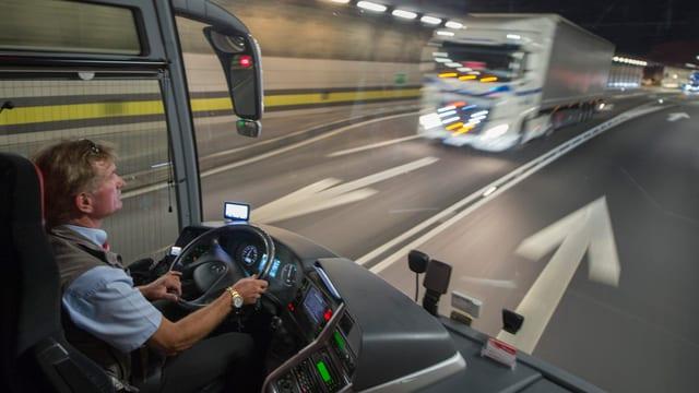 Ein Lastwagenchauffeur fährt durch den Gotthard-Tunnel. Auf der Gegenspur ein Lastwagen.