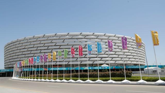 Fahnen wehen vor dem Stadion in Baku.