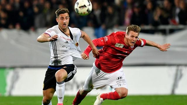 Ein Spieler des FC Winterthur reisst seinem Gegner vom FC Basel in vollem Lauf am Leibchen.
