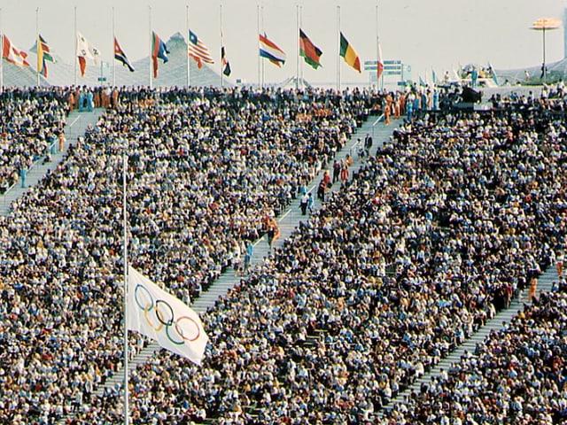 Die olympische Fahne weht auf Halbmast.