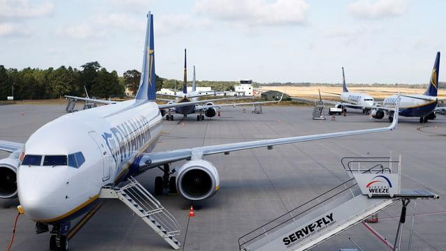 Flugzeuge am Boden.