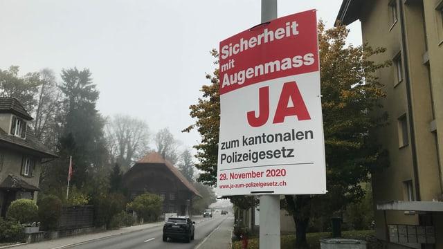 Plakat mit der Aufschrift Sicherheit mit Augenmass, Ja zum kantonalen Polizeigesetz