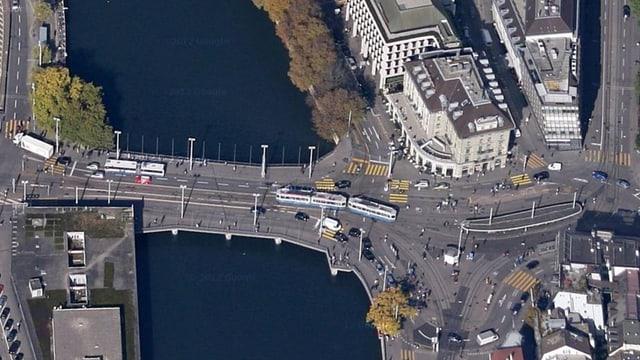Blick aus der Vogelperspektive auf das Zürcher Central und die Bahnhofbrücke.