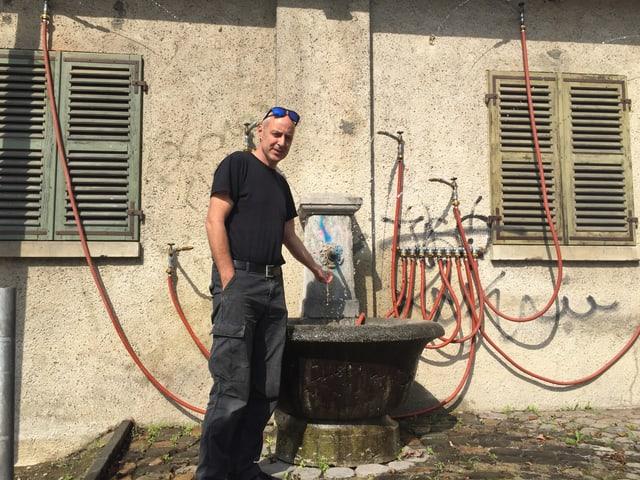Künstler vor Brunnen