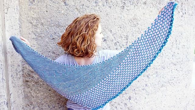 Eine Frau mit einem gestrickten Schal.