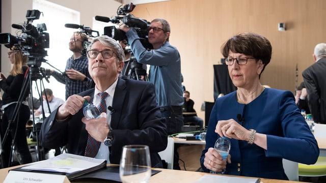 Urs Schwaller, president dal cussegl d'administraziun e Susanne Ruoff, scheffa da la Posta la gievgia avant las medias.