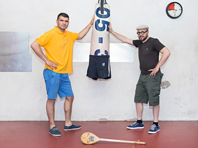 Arnold Gjergjaj und Angelo Gallina lehnen an einen Boxsack.