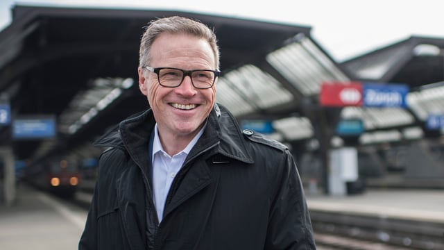 Mann mit Brille lachend