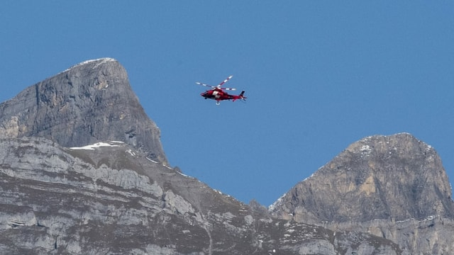 Helicopter da la Rega en muntogna.