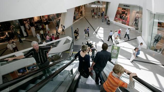 Kunden im Berner Einkaufszenerum Westside auf einer Rolltreppe
