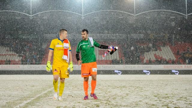 Die Goalies Vanins und Lopar im schneebedeckten Tourbillon