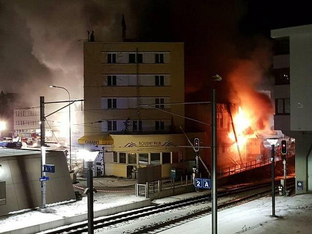 Flammen dringen aus dem unteren Bereich des Hotels.