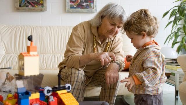 Eine Grossmutter spielt mit ihrem rund zweijährigen Enkelkind.