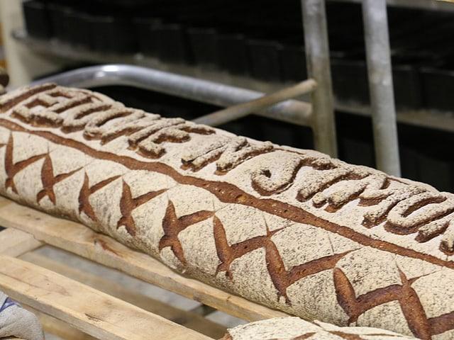 Ein langes Brot mit der Aufschrift «ST MORITZ» aus Teig.