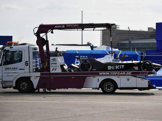 Beschädigter Wagen von Mortara wird abtransportiert.