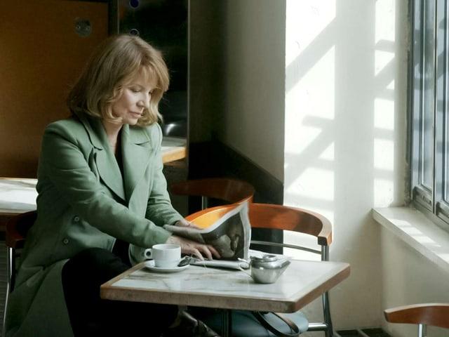 Mathilde Delaunay (Nicole Garcia) sitzt am Tisch.