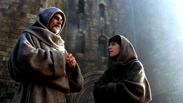 Connery und Slater in Möchskutten vor einer romanischen Kirche.