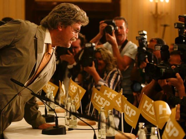 Hape Kerkeling, verkleidet als seine Kunstfigur Horst Schlämmer am Rednerpult mit Jounalisten.
