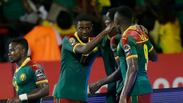 Kameruns Spieler liegen sich in den Armen.