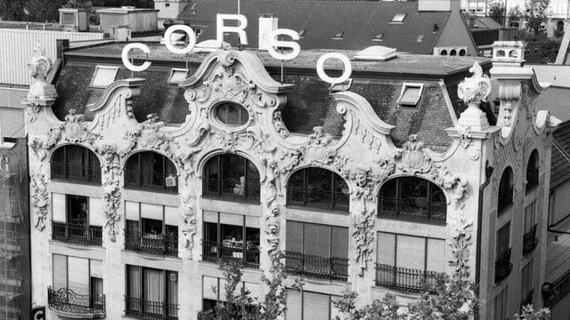 Ein Schwarzweiss-Bild des Corso-Hauses in Zürich.