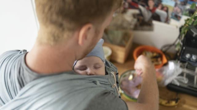 Mann mit Neugeborenem