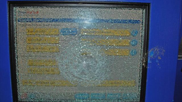 Zerbrochene Glasscheibe eines Billettautomaten.