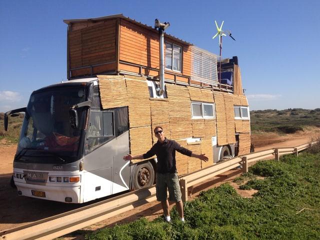 SRF 3 Hörer Markus Achermann hat Dusche, Lounge und Freiluftbar auf dem Dach seines Busses. Fotografiert wurde er an der Banana Beach in Israel.