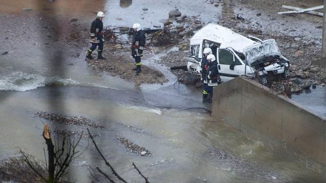 Pumpiers examineschan il donn da l'inundaziun, chaschunada d'ina bova da crappa.