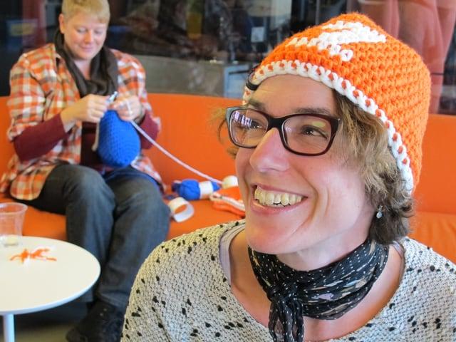 Joelle Beeler trägt eine SRF 1-Kappe.