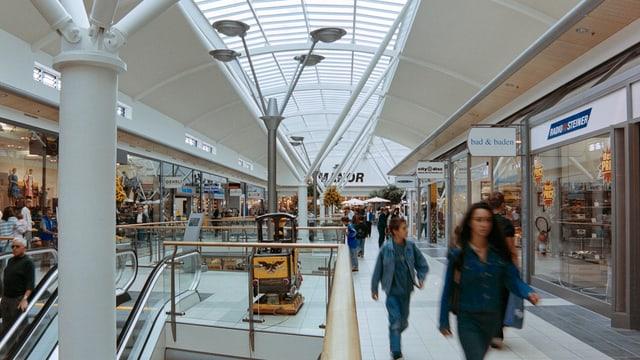 Blick in ein Shopping-Center mit Glasabdeckung im Dach.