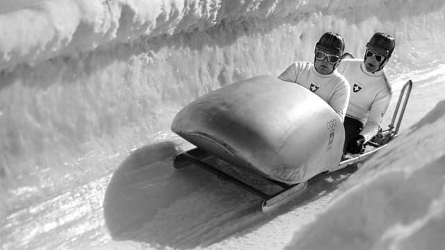 Die Schweizer Bobfahrer Felix Endrich und Friedrich Waller sind an den Olympischen Spielen im Februar 1948 auf der Bobbahn in St. Moritz.