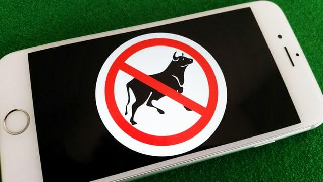 Handybildschirm zeigt Bild eines Verbotsschilds mit einem Stier.