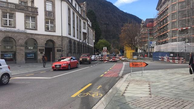 La plazza da la posta a Cuira cun plazzal e traffic survesaivel.