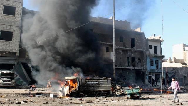 Ein Lastwagen steht in Flammen, über ihm steigt Rauch auf.
