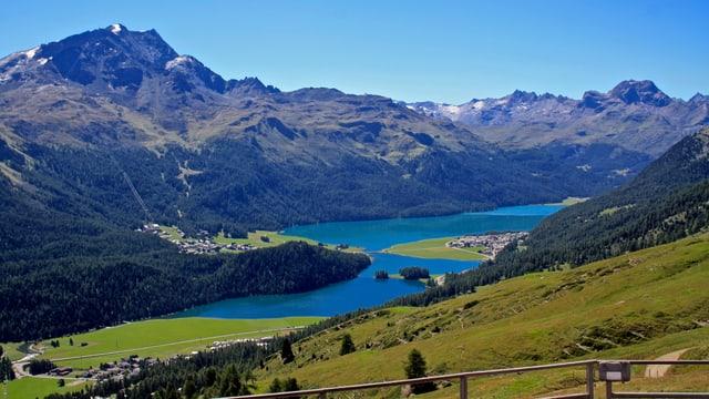 Tiefblauer Himmel und tiefblaue Seen im Oberengadin von der Trutzhütte aus.