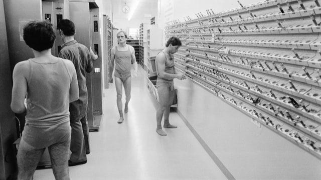 Strahlenmessgeraete messen die Dosis nach einem Arbeitseinsatz im Atomkraftwerk Muehleberg im Kanton Bern, aufgenommen am 13. August 1984.