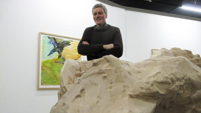 Bruno Murer hinter einer Skulptur und vor einem Bild in der Kunsthalle.