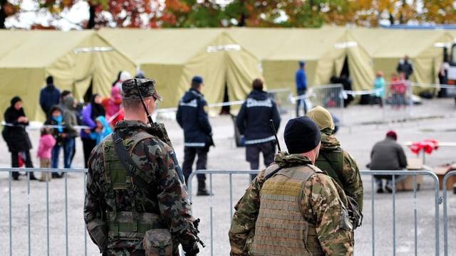 Forzas armadas e polizia da la Slovenia al cunfin cun la Croazia.