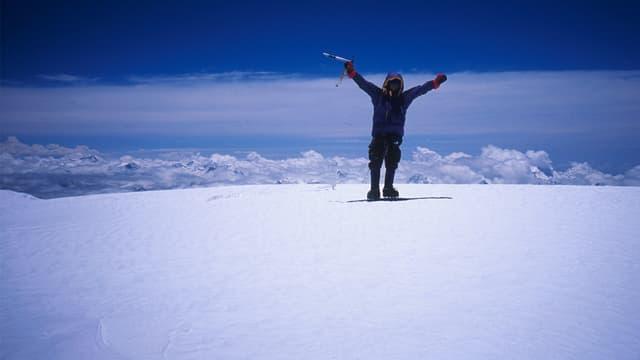 Ein Bergsteiger hat den Gipfel des Cho Oyu in Tibet erreicht.