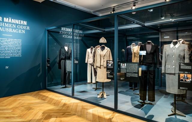 Unter Männern - Ausstellung «Robes Politiques – Frauen Macht