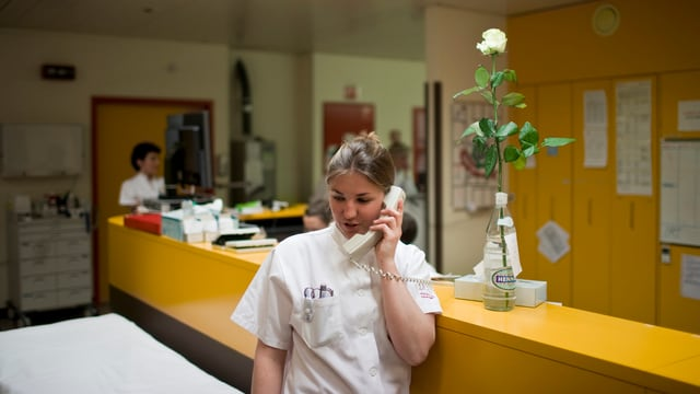 Frau mit weissem Hemd am Telefon