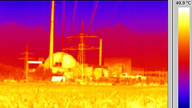 Aufnahme eines AKW-Reaktors durch eine Wärmebildkamera. Um den Atommeiler herum ist die Aufnahme rot eingefärbt.